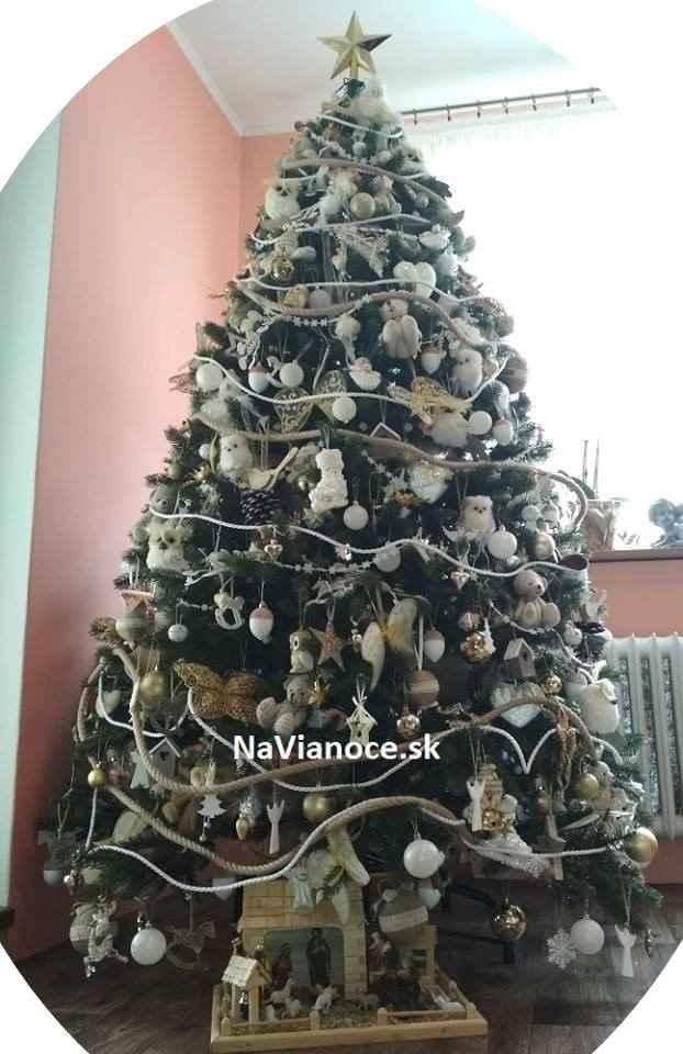 reálna fotka umelý vianočný stromček