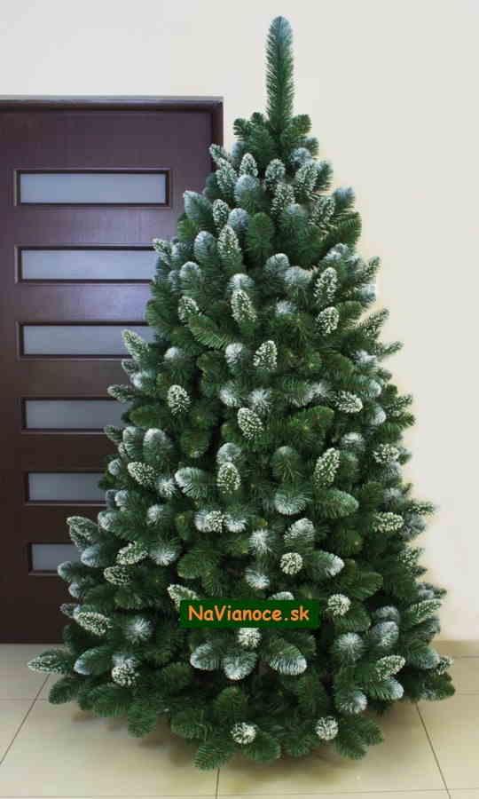 snehový vianočný stromček so snehom, zasnežený